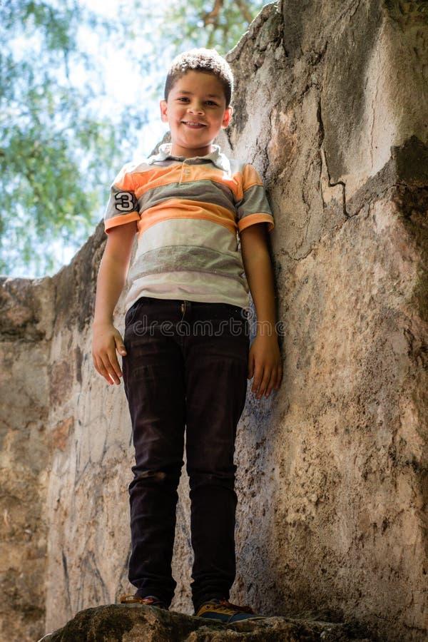 Mon petit fils posant pour moi images stock