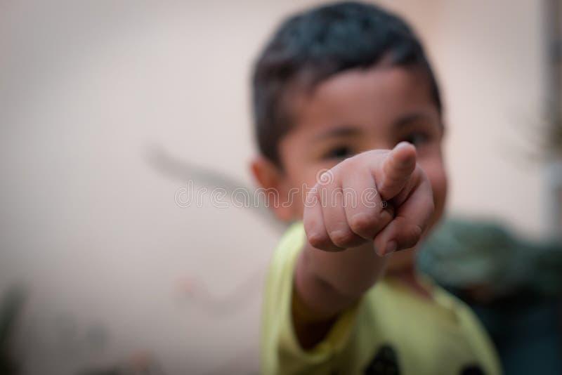 Mon petit fils posant pour moi photo libre de droits