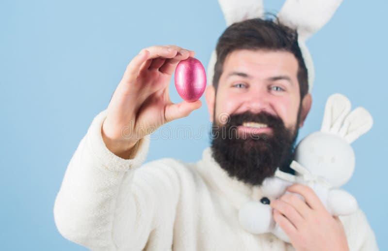 MON pr?cieux Homme barbu utiliser les oreilles idiotes de lapin Fond bleu oreilles mignonnes de lapin de hippie de longues Lapin  image libre de droits