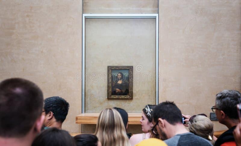 Mona Lisa målning av Leonardo Da Vinci med fullsatta turister, i Le Louvre Museum i Paris, Frankrike på Juni 3, 2019 royaltyfri foto