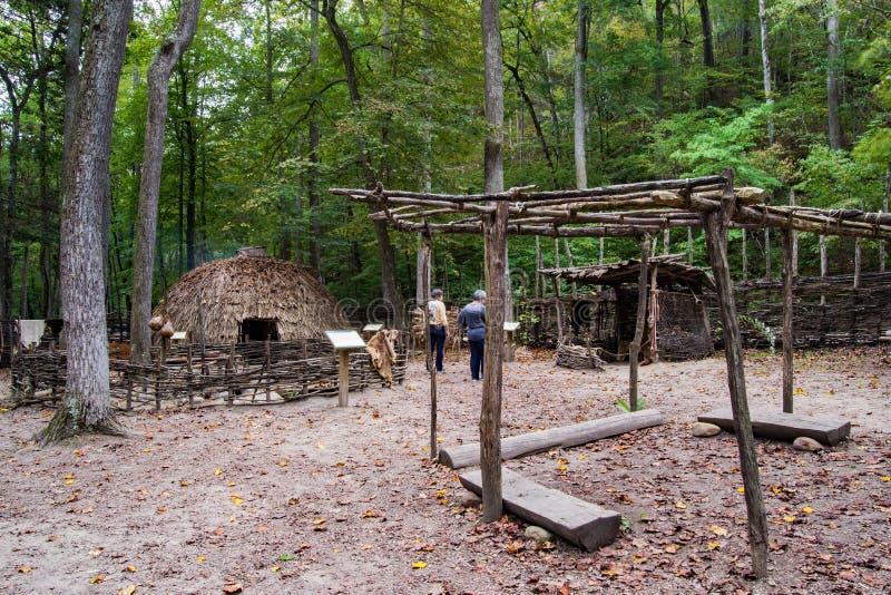 Monacan indisk bosättningutställning - naturlig brodelstatspark, Virginia, USA royaltyfri bild