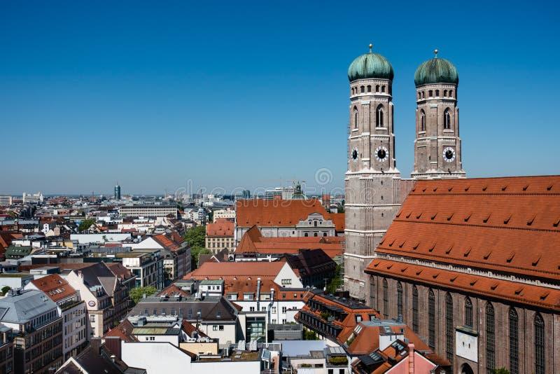 Monachium, M༠nchen, Sceniczny widok z wierzchu Monachium centrum miasta z Frauenkirche i kopii przestrzenią Góruje obrazy stock