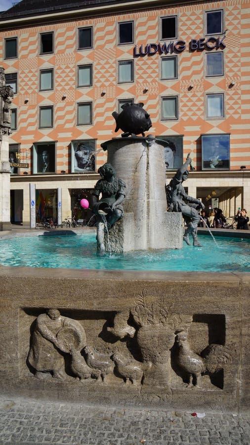 Monachium Marienplatz Bavaria fischbrunnen rybiego fontanna basenu fotografia stock