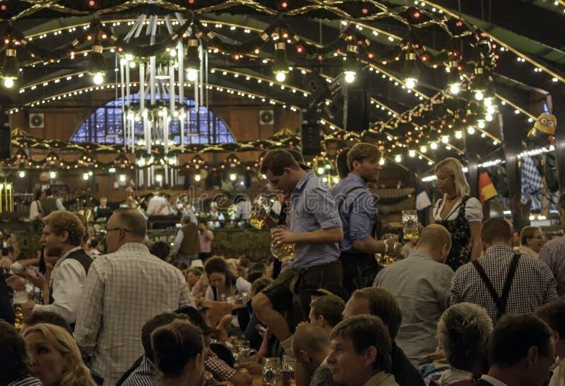 MONACHIUM NIEMCY, WRZESIEŃ, - 18, 2016: Oktoberfest Munich: Ludzie w tradycyjnych kostiumach w piwnym pawilonie zdjęcie stock
