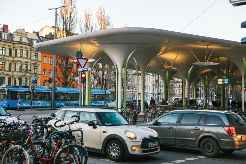 Monachium, Październik 29, 2017: U-Bahn lub S-Bahn stacja metru z parking pełno samochody, bicykl, tramwaj i budynki, obrazy stock