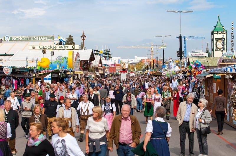 Monachium, wrzesień 27,2017: Tłoczy się ludzie przy Oktoberfest na Monachium ` s Theresienwiese jest dużym piwnym festiwalem zdjęcie stock