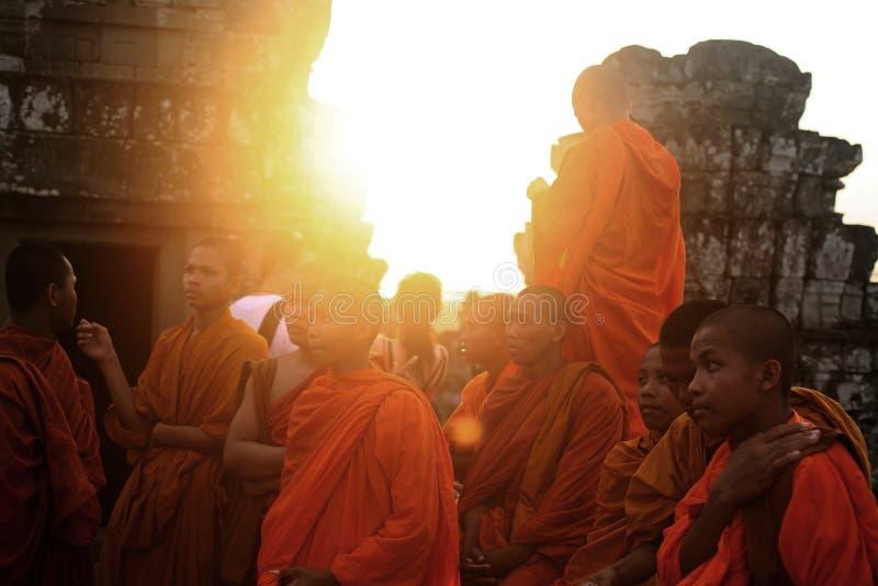 monaci al tempio di Bayon, Cambogia fotografie stock libere da diritti