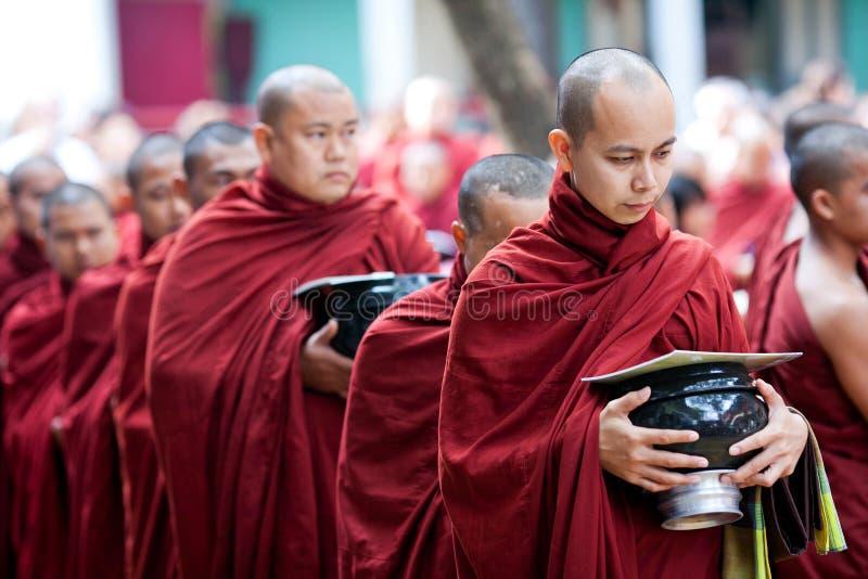Monaci in Amarapura, Myanmar immagine stock