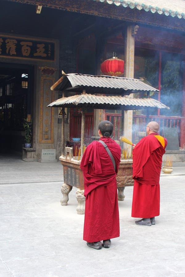 Monaci buddisti al tempio di Hualin in Canton fotografia stock libera da diritti