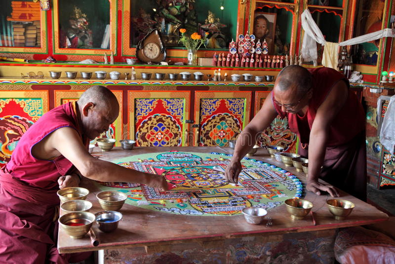 Monaci buddisti che fanno la mandala della sabbia immagini stock