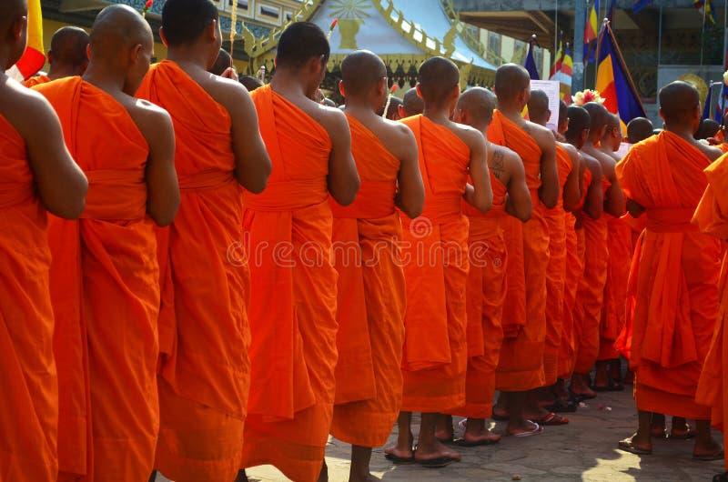 Monaci buddisti che pregano davanti ad un tempio fotografia stock libera da diritti