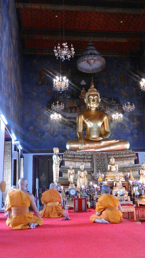 Monaci buddisti che pregano in tempio immagine stock libera da diritti