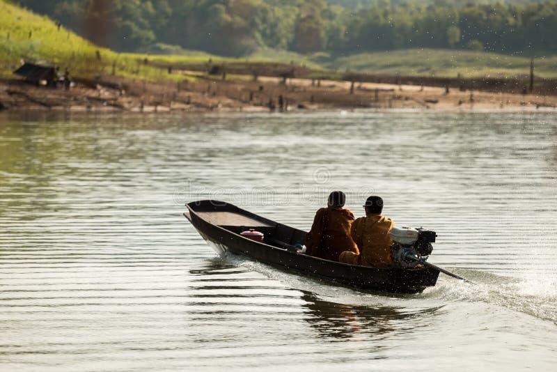 Monaci buddisti che raccolgono le elemosine di mattina fotografia stock libera da diritti