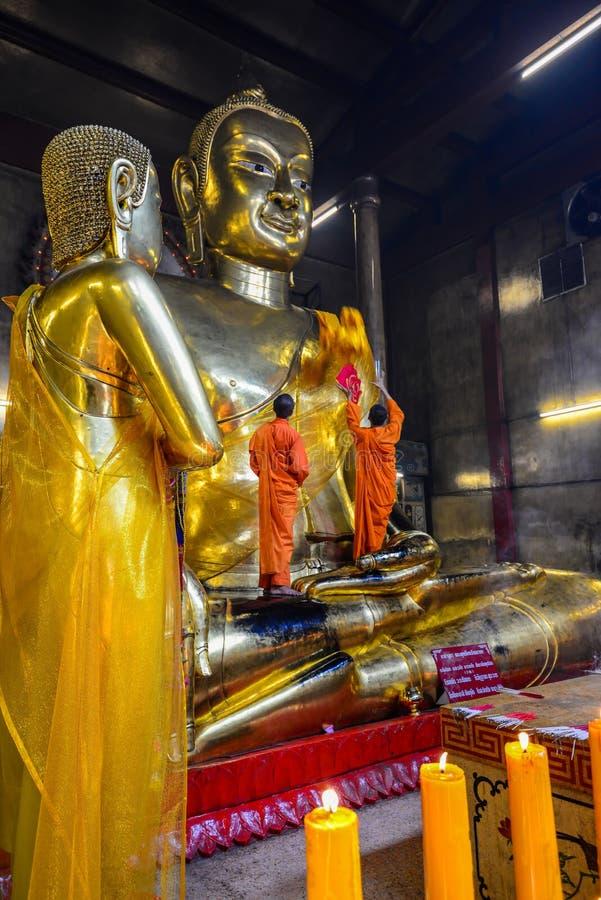 Monaci buddisti cinesi che vestono l'ente dorato di immagine di Buddha fotografia stock
