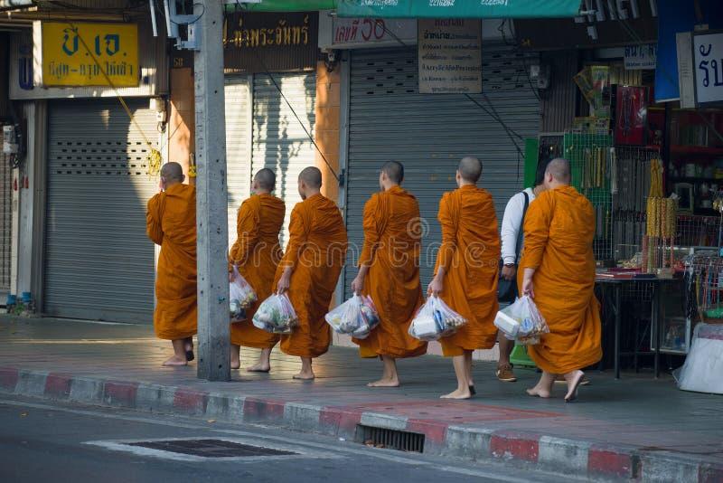 Monaci buddisti con alimento raccolto, Bangkok immagini stock libere da diritti