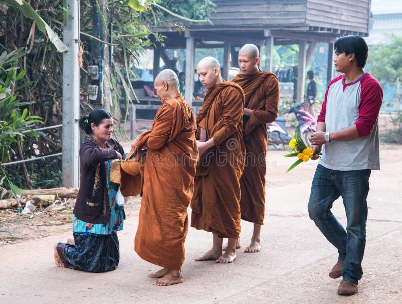 Monaci buddisti nel primo mattino nel villaggio di Isan vicino a Akat Amnuai in Sakon fotografia stock libera da diritti