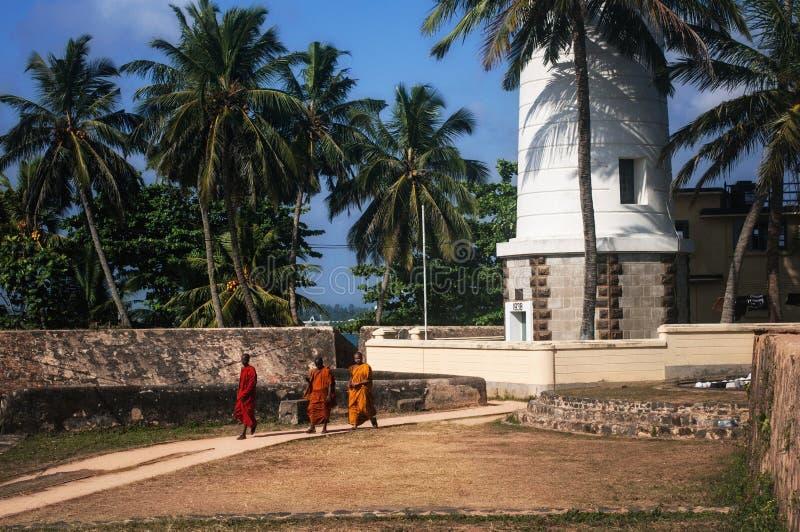 Monaci buddisti nella fortificazione di Galle, Sri Lanka fotografie stock