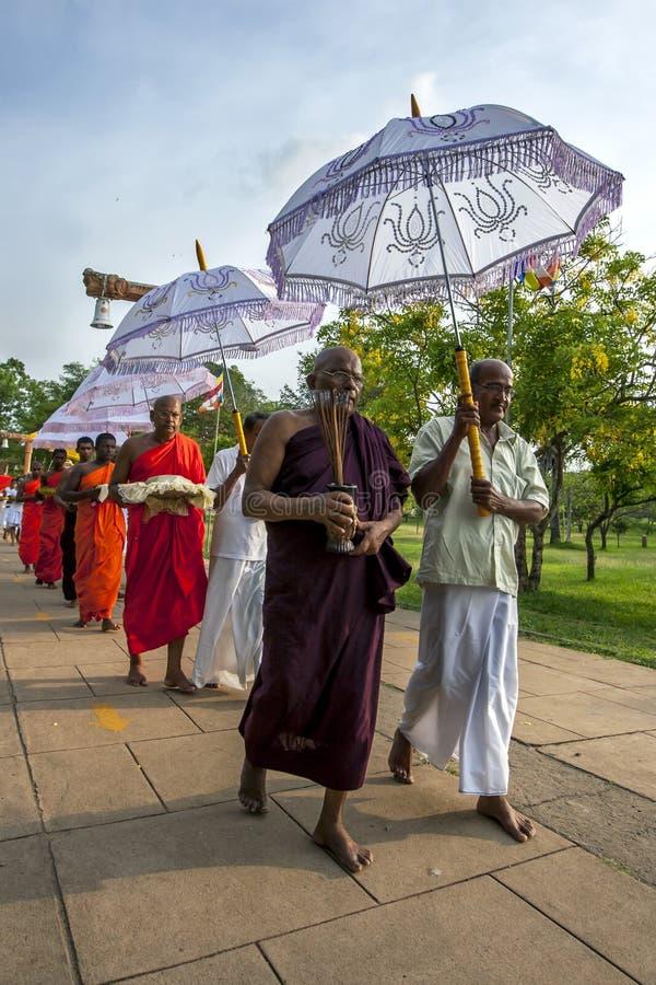 Monaci buddisti su un pellegrinaggio a Anuradhapura nello Sri Lanka fotografia stock