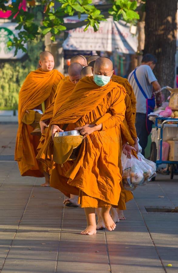 Monaci buddisti su una via della città su una mattina soleggiata fotografie stock libere da diritti