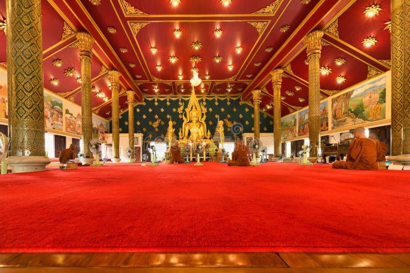 Monaci buddisti tailandesi che pregano e pagare rispetto all'immagine di Buddha al asokaram del wat del tempio, Tailandia, Samut  fotografie stock