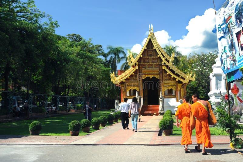 Monaci che camminano al tempio di Wat Phra Singh immagine stock libera da diritti