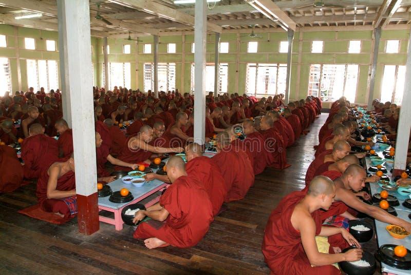 Monaci che mangiano al monastero di Mahagandayon a Mandalay, Myanmar fotografie stock libere da diritti