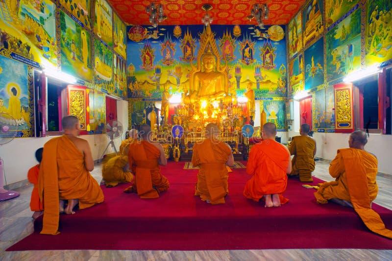 Monaci che pregano nel temole fotografia stock libera da diritti