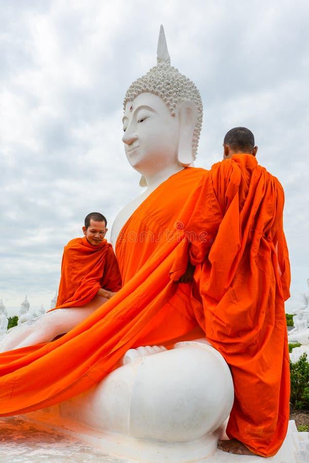 Monaci che vestono uno dell'immagine bianca di Buddha con gli abiti immagini stock libere da diritti