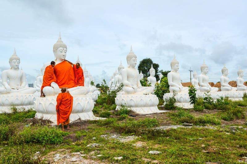 Monaci che vestono uno dell'immagine bianca di Buddha con gli abiti fotografie stock