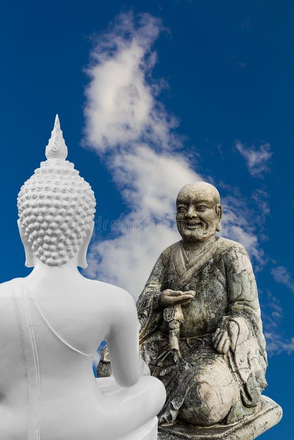Monaci cinesi e discussione delle statue di Buddha fotografia stock libera da diritti