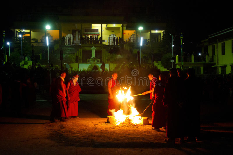 Monaci e monastero cerimoniale di Gyuto del fuoco, Dharamshala, India fotografia stock