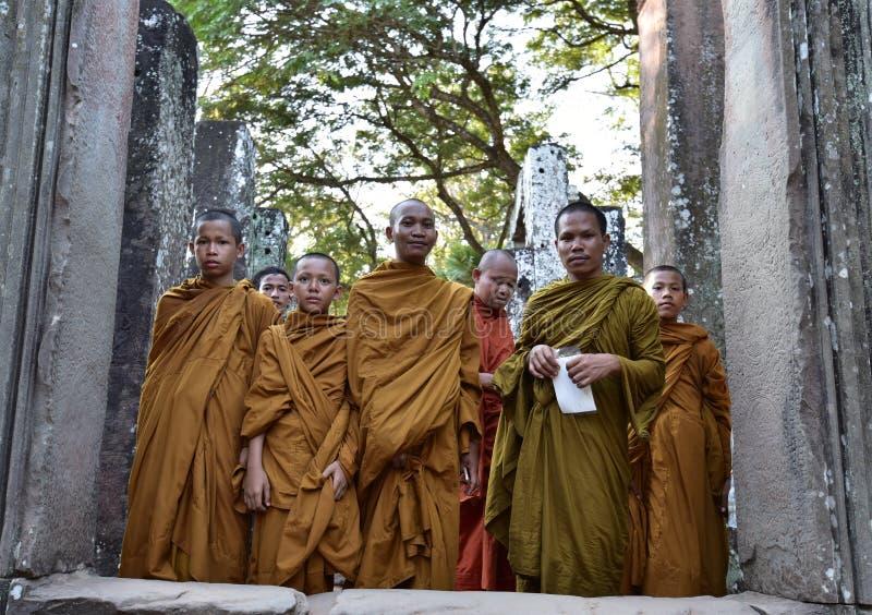 Monaci in tempio di Bayon immagini stock