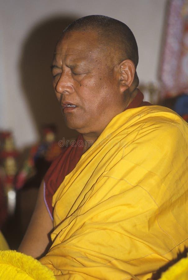 Monaci tibetani che salmodiano prestazione alla chiesa a bocca aperta in Santa Monica California fotografie stock