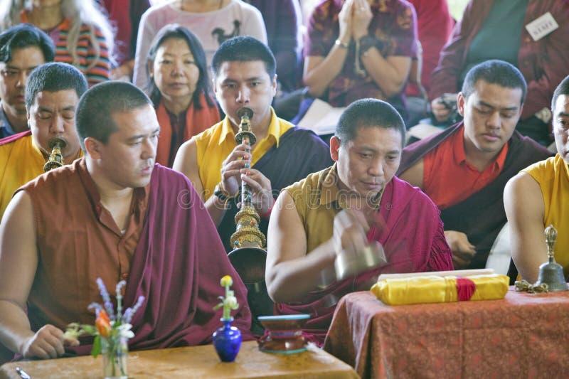 Monaci tibetani con i corni ed i piatti a cerimonia buddista di autorizzazione di Amitabha, supporto di meditazione in Ojai, CA immagine stock libera da diritti
