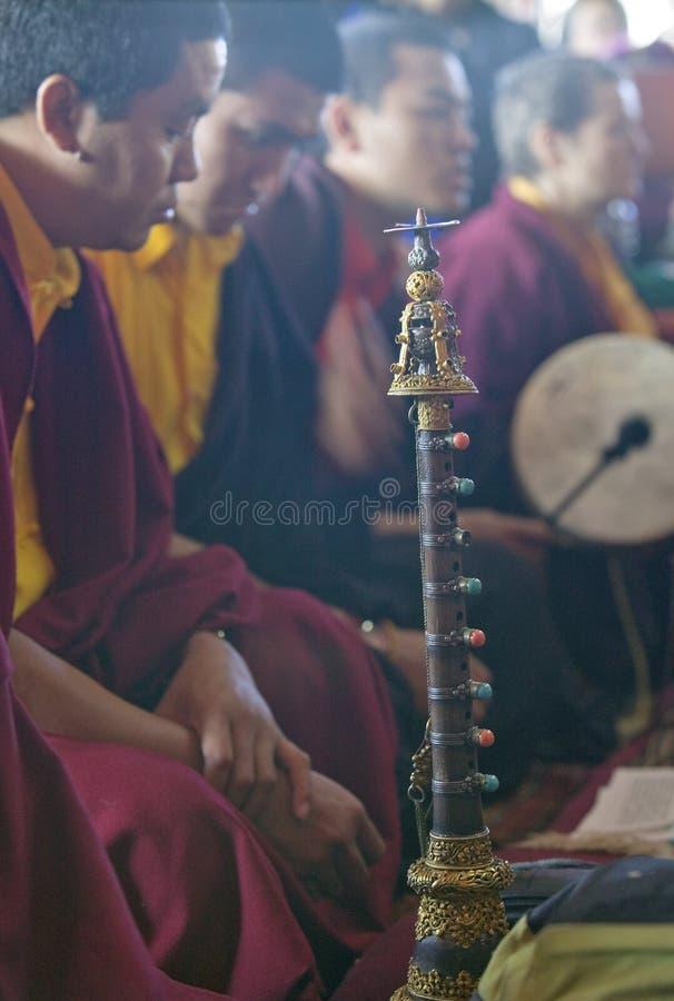 Monaci tibetani con i corni ed il tamburo a cerimonia buddista di autorizzazione di Amitabha, supporto di meditazione in Ojai, CA fotografia stock libera da diritti