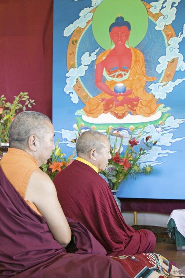 Monaci tibetani con pittura di Buddha Amitabha a cerimonia buddista di autorizzazione di Amitabha, supporto di meditazione in Oja fotografia stock