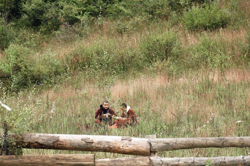 Monaci tibetani pranzando nella foresta fotografia stock
