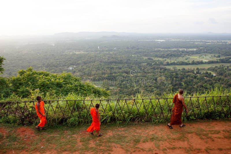 Monaco buddista alla cittadella di Sigiriya che guarda verso la foresta immagini stock