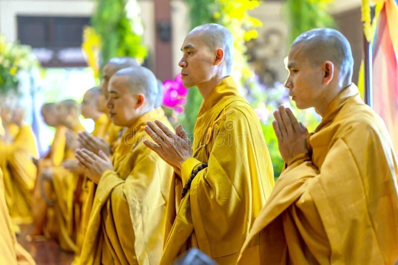 Monaco buddista Buddha pregante nel compleanno del ` s di Buddha immagine stock