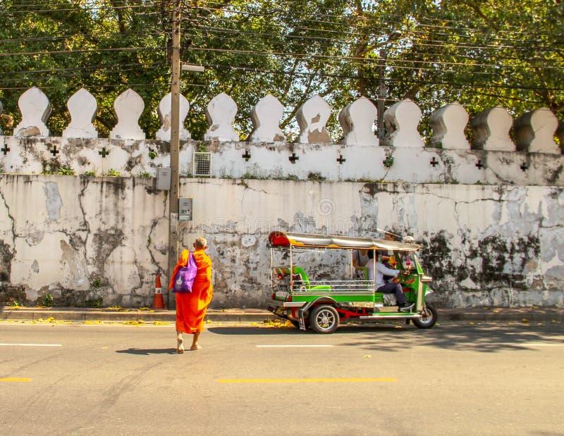 Monaco buddista che cammina al tempio a Ayutthaya Bangkok, Tailandia immagine stock libera da diritti