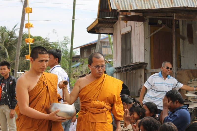 Monaco buddista che cammina, Tailandia fotografia stock libera da diritti
