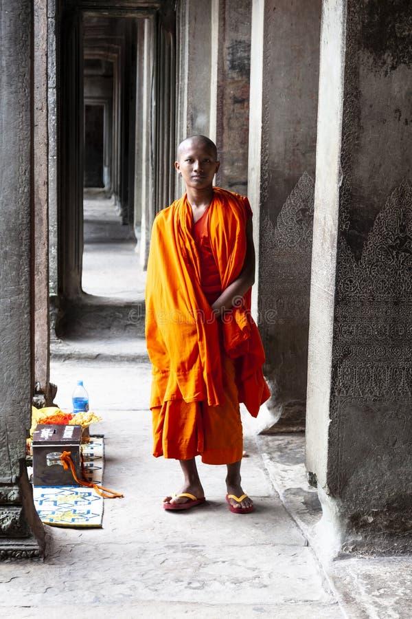 Monaco buddista che posa per l'immagine fotografia stock