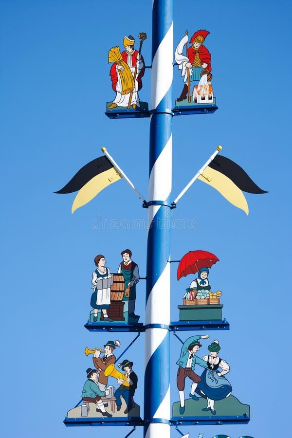 Monaco di Baviera, Germania - 3 febbraio 2008: Maypole con decorazione fotografia stock