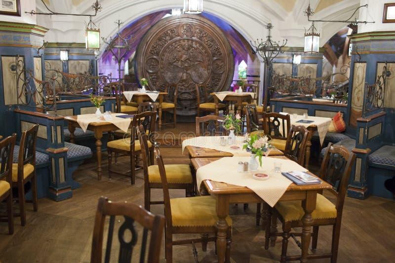 Monaco di Baviera, Germania 29 maggio 2012: Popolare fra la popolazione locale ed i turisti è il ristorante a Monaco di Baviera fotografia stock libera da diritti