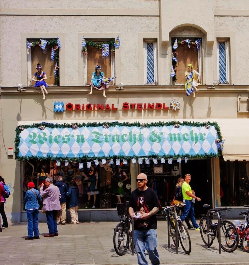 Monaco di Baviera, Germania - negozio che vende i costumi bavaresi tradizionali immagine stock libera da diritti