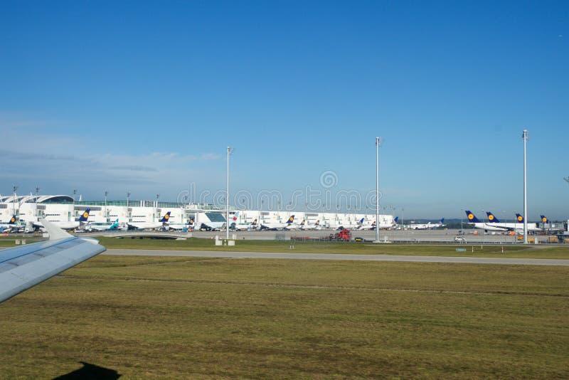 MONACO DI BAVIERA, GERMANIA - 15 OTTOBRE 2016: Aeroplano che rulla alla pista all'aeroporto, vista dall'interno di Business class fotografia stock libera da diritti