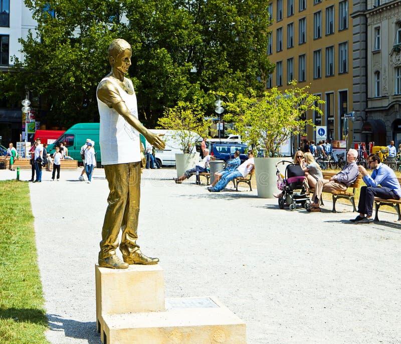 Monaco di Baviera, Germania - statua dell'assistente bavarese a Marienhof fotografia stock