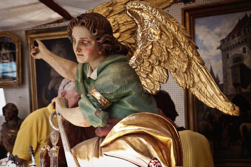 Monaco di Baviera, statua dipinta di angelo al mercato delle pulci dell'aria aperta di Ora Dult immagini stock libere da diritti