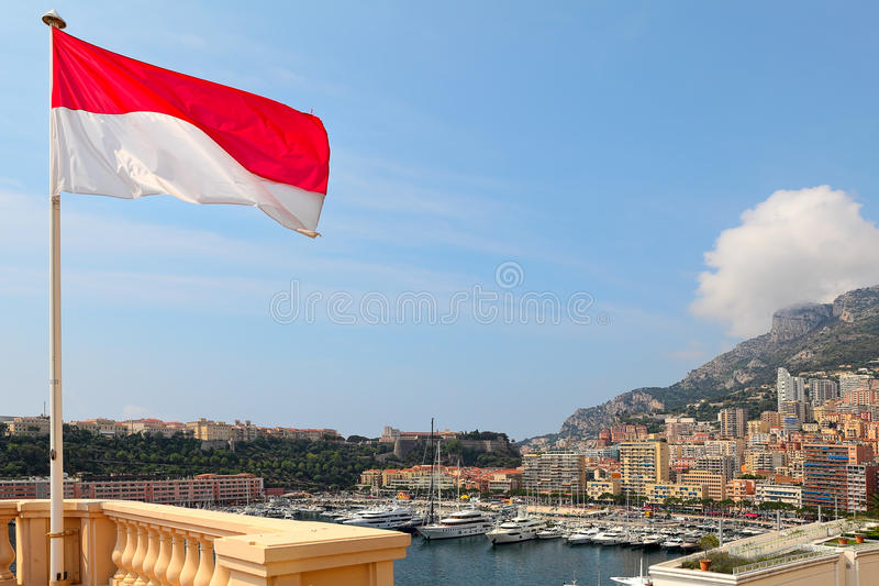 Monaco flagga och Monte - carlo skuline. arkivbild