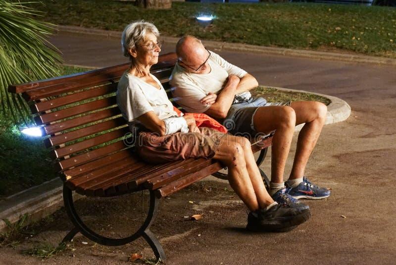 Monaco Frankrijk 16 Augustus 2017: De mens slaapt op een parkbank in de stad Dakloos Paar royalty-vrije stock afbeelding